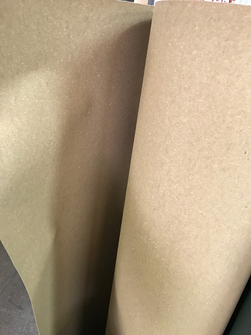 Un rotolo di una carta di color marrone