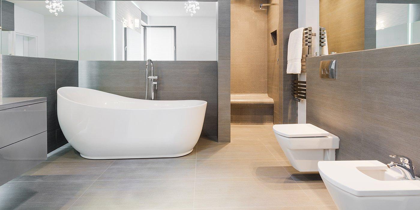 un bagno minimal con basca, gabinetto e bidet