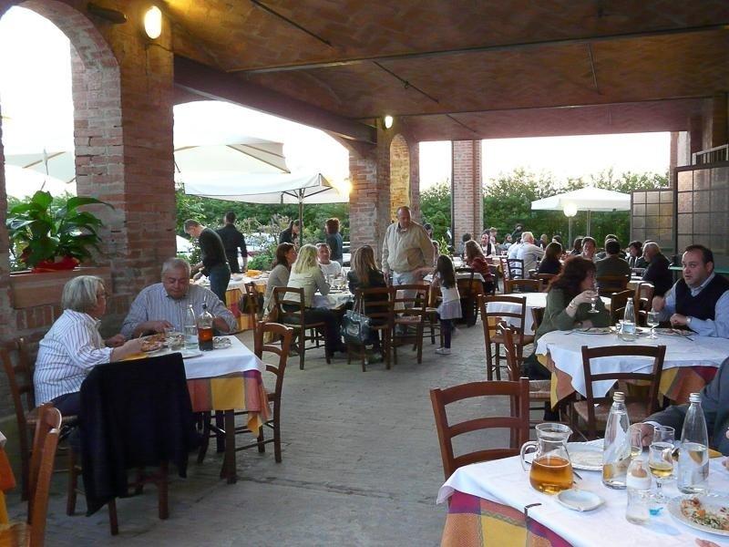 outdoor tables pizzeria La Stalla