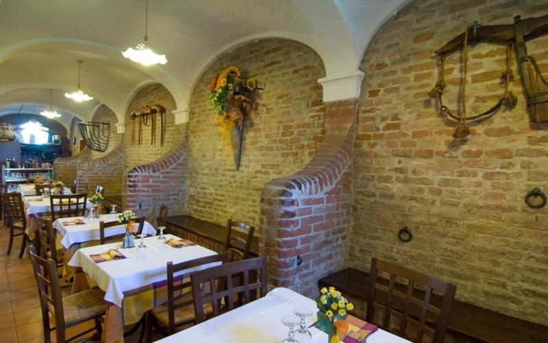 Interior with exposed stone wall - Pizzeria LA STALLA