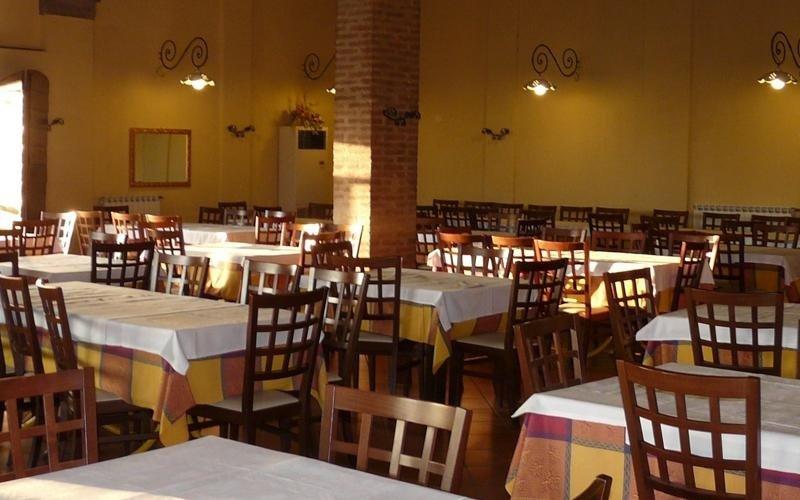 Tavoli e sedie in legno - Ristorante pizzeria a Ferrara