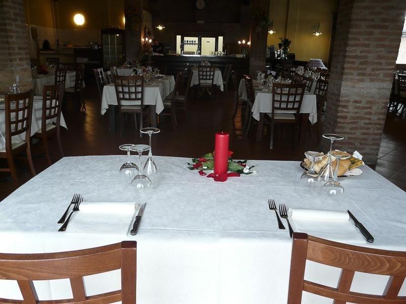 Allestimento tavoli - Ristorante pizzeria Ferrara