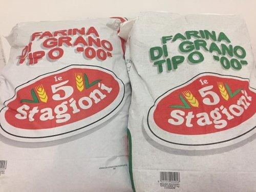 Due pacchetti di farine diverse