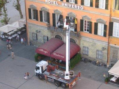 vista esterna di Hotel Universo con camion e gru durante lavoro