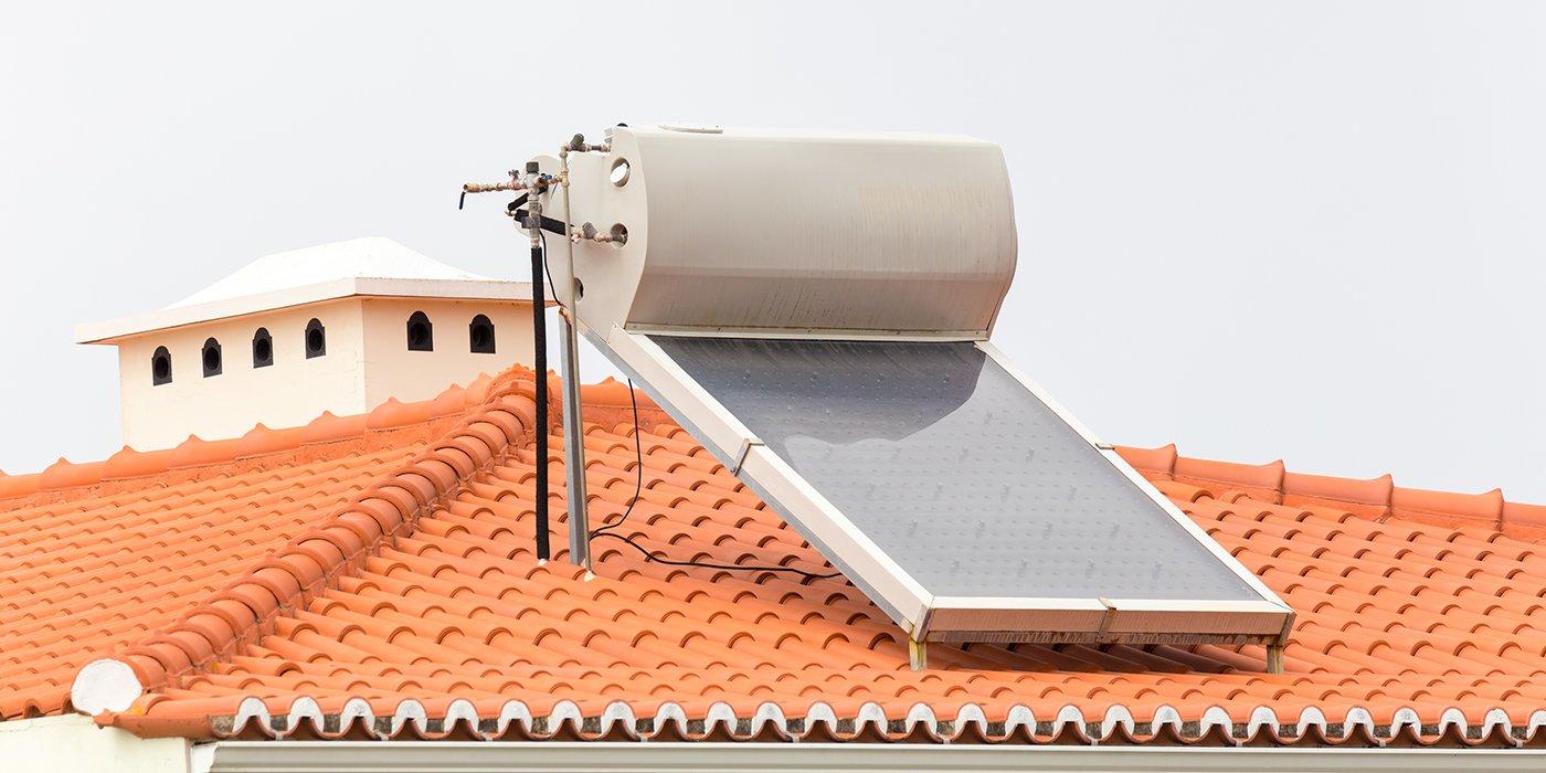 un pannello solare installato su un tetto con mattoni arancioni