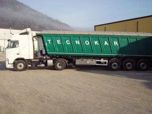 Automezzi dotati di vasche ribaltabili per il trasporto di rottami.