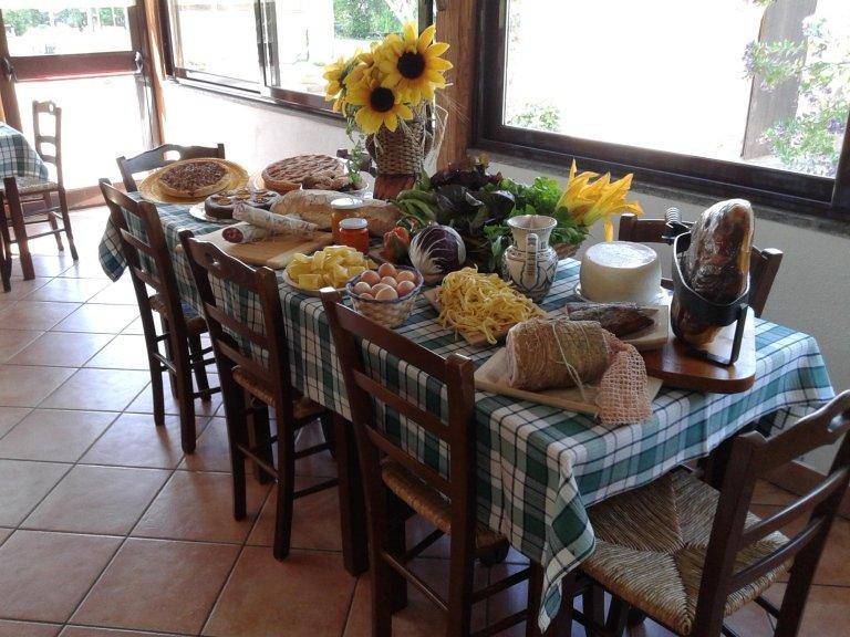 tavolo apparecchiato per la colazione nell'agriturismo