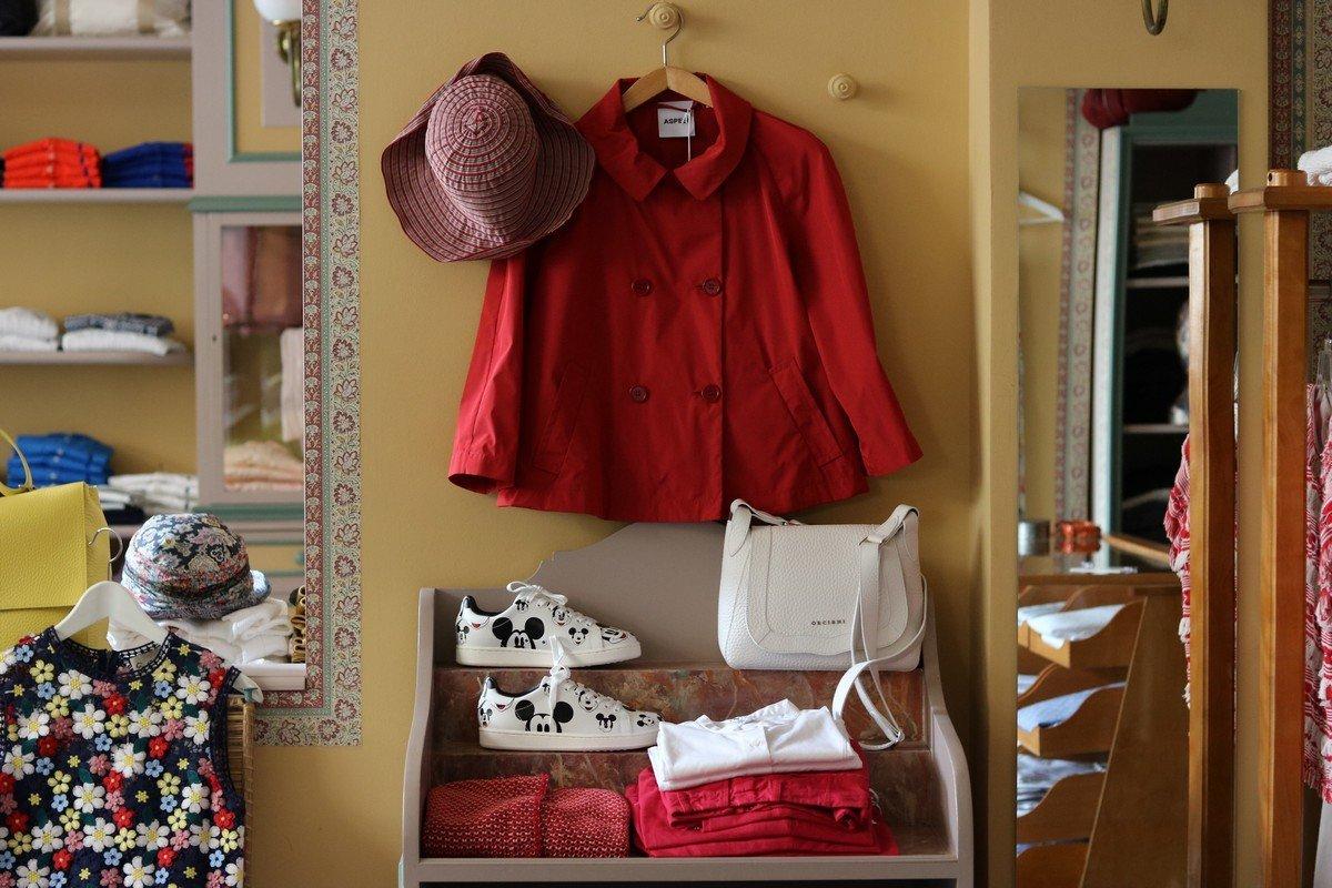 giacca rossa appesa con cappello