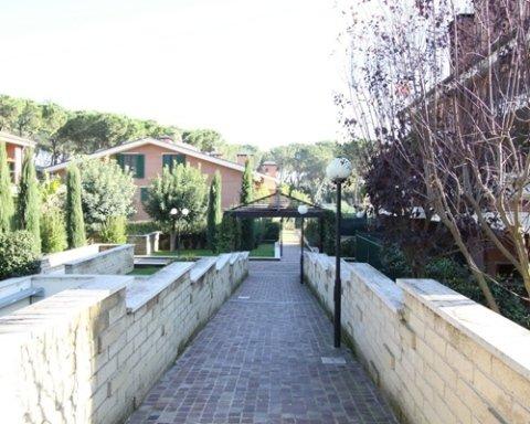Vialetto condominio con giardino