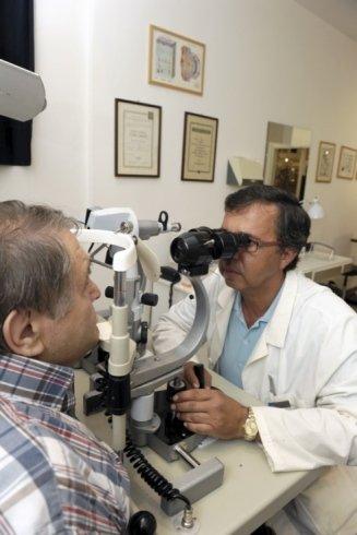 I professionisti del centro ottico controllano la vista con scrupolo.
