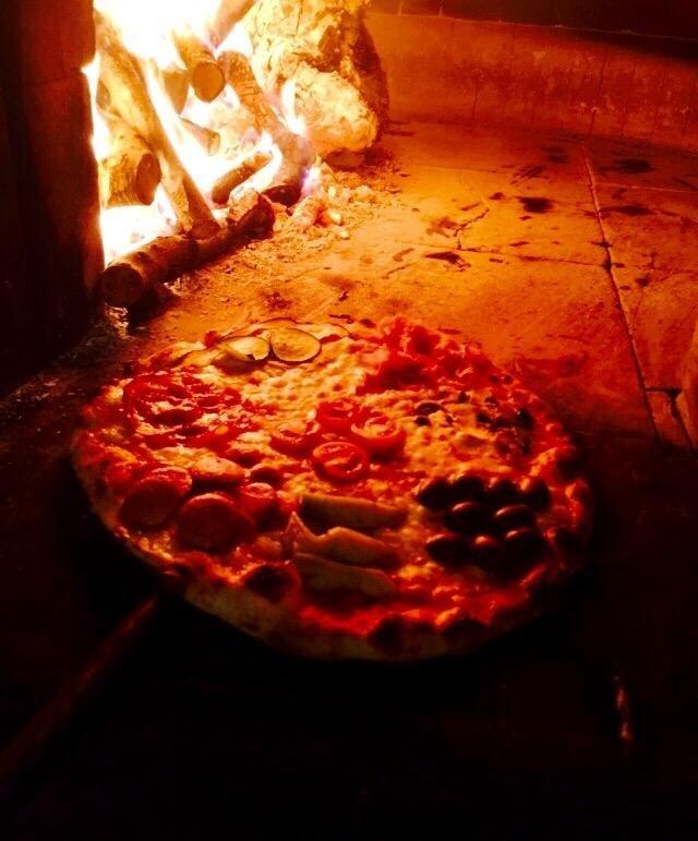 pizze cotte nel forno a legna