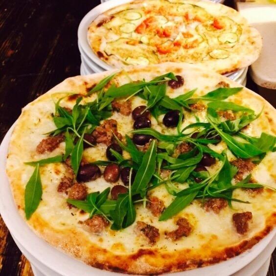 pizza bianca con rucola e norcia