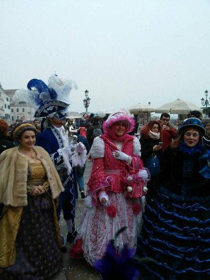delle persone in maschera durante il Carnevale