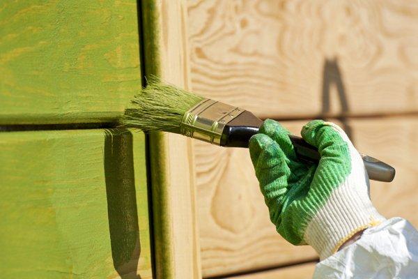 pittore dipinto a parete con pennello