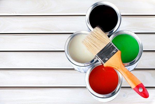 vernici colorate con pennello