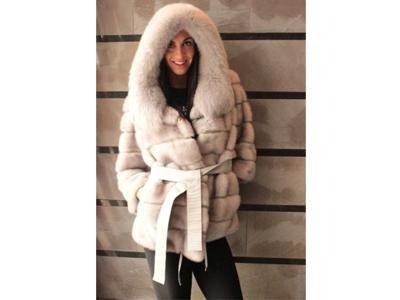 pelliccia con cappuccio e cintura