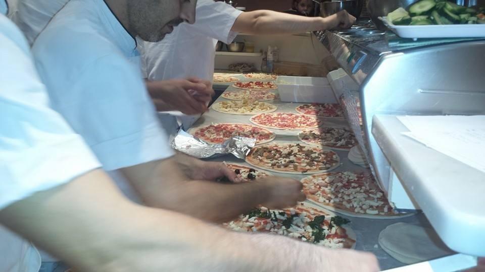 Pizzaioli al lavoro