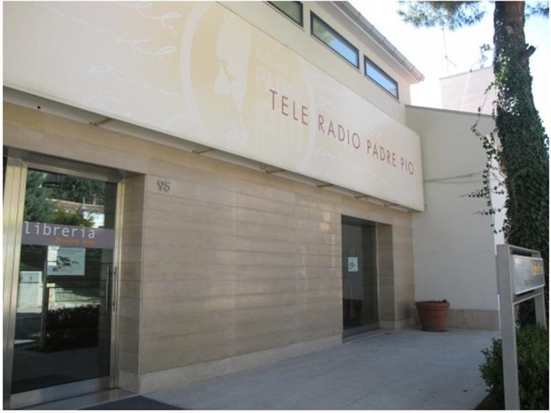 vetrata ingresso tele radio Padre Pio