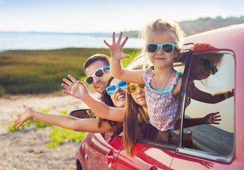 Famiglia salutando dall'automobile