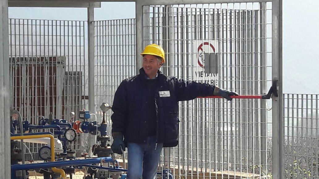 uomo davanti alla gabbia di protezione del gas