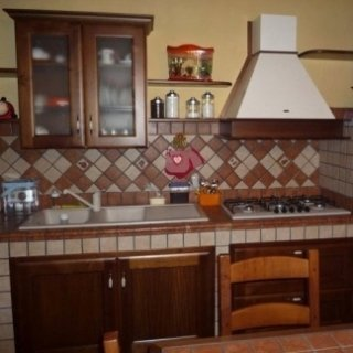 cucina in muratura, ante legno noce canaletto