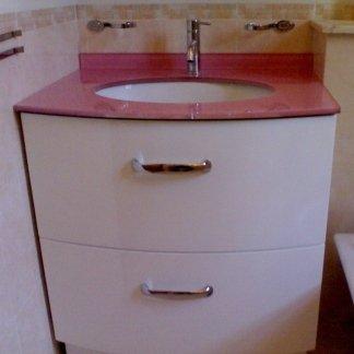 mobiletto bagno in multistrato laccato con piano in vetro rosa