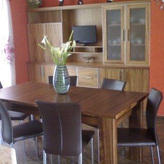 tavolo in zebrano apribile con sedia in acciaio rivestita in ecopelle marrone