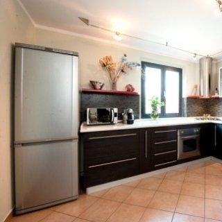 cucina multistrato, ante wengè, tops marmo bianco