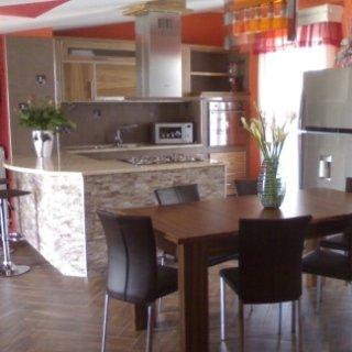 cucina in miuratura rifinita in legno zebrano