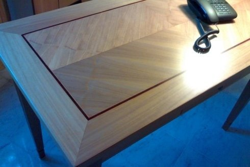 scrittoio in legno tanganica con piano intarsiato