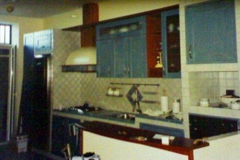 cucina in muratura con ante il legno colorato