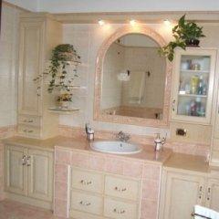mobile bagno a muro, rifinitura legno tiglio laccato, rosa antico