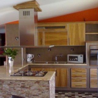 cucina in muratura con cappa ad isola sotto mansarda