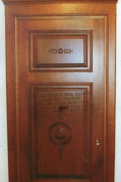 porta in legno con intarsi