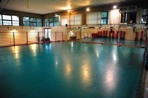 una palestra con pavimento di color verde