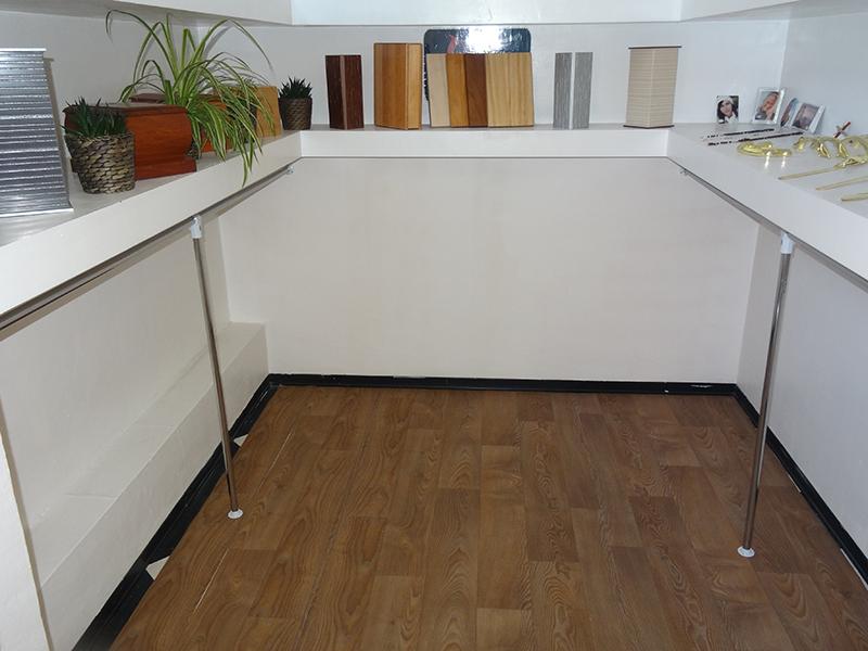 Una stanza con mensole con urne di legno e campioni di legno