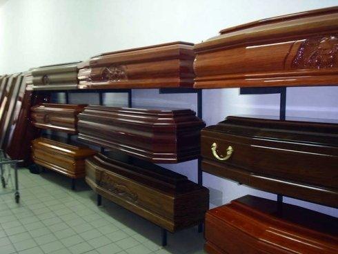 La ditta Onoranze Funebri Allia fornisce una vasta scelta di cofani in legno.