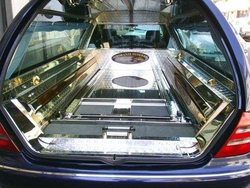 La ditta Onoranze Funebri Allia Maurizio dispone di carri funebri accessoriati per il trasporto delle salme.