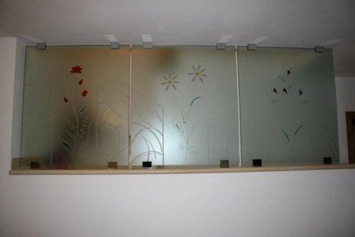 tre pannelli in vetro con decorazioni