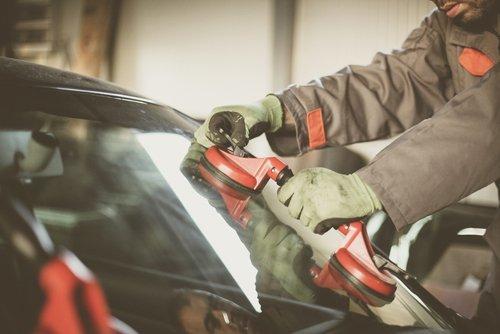 operaio durante la riparazione della carrozzeria di un auto
