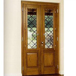 due finestre in legno con dei pannelli di vetro