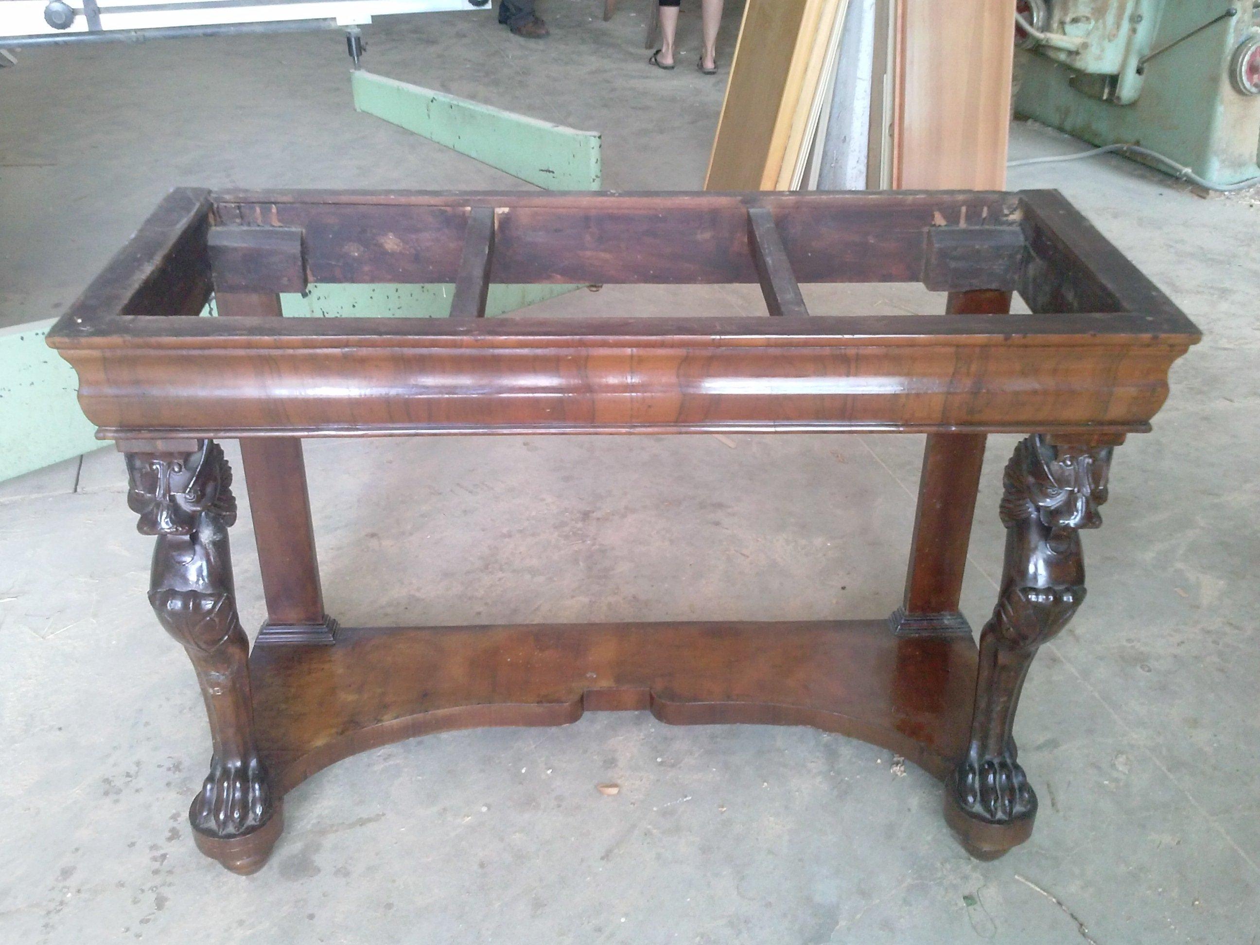 Credenza di legno di pino, con tre armadietto nella parte superiore con porta di vetro con fiore incisa, tre cassetti e tre armadietto nella parte inferiore