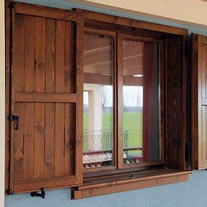 un finestra con tapparelle in legno