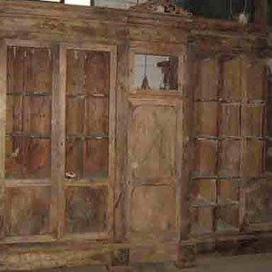 un mobile antico in legno