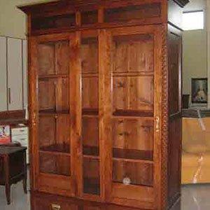 un mobile con le mensole in legno