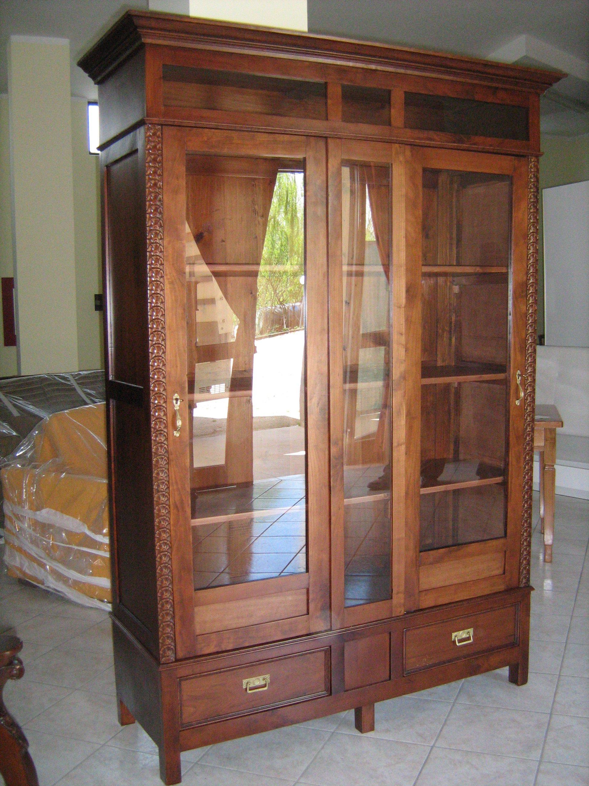 Lo stesso mobile con le porte aperte mostrando la organizzazione interna