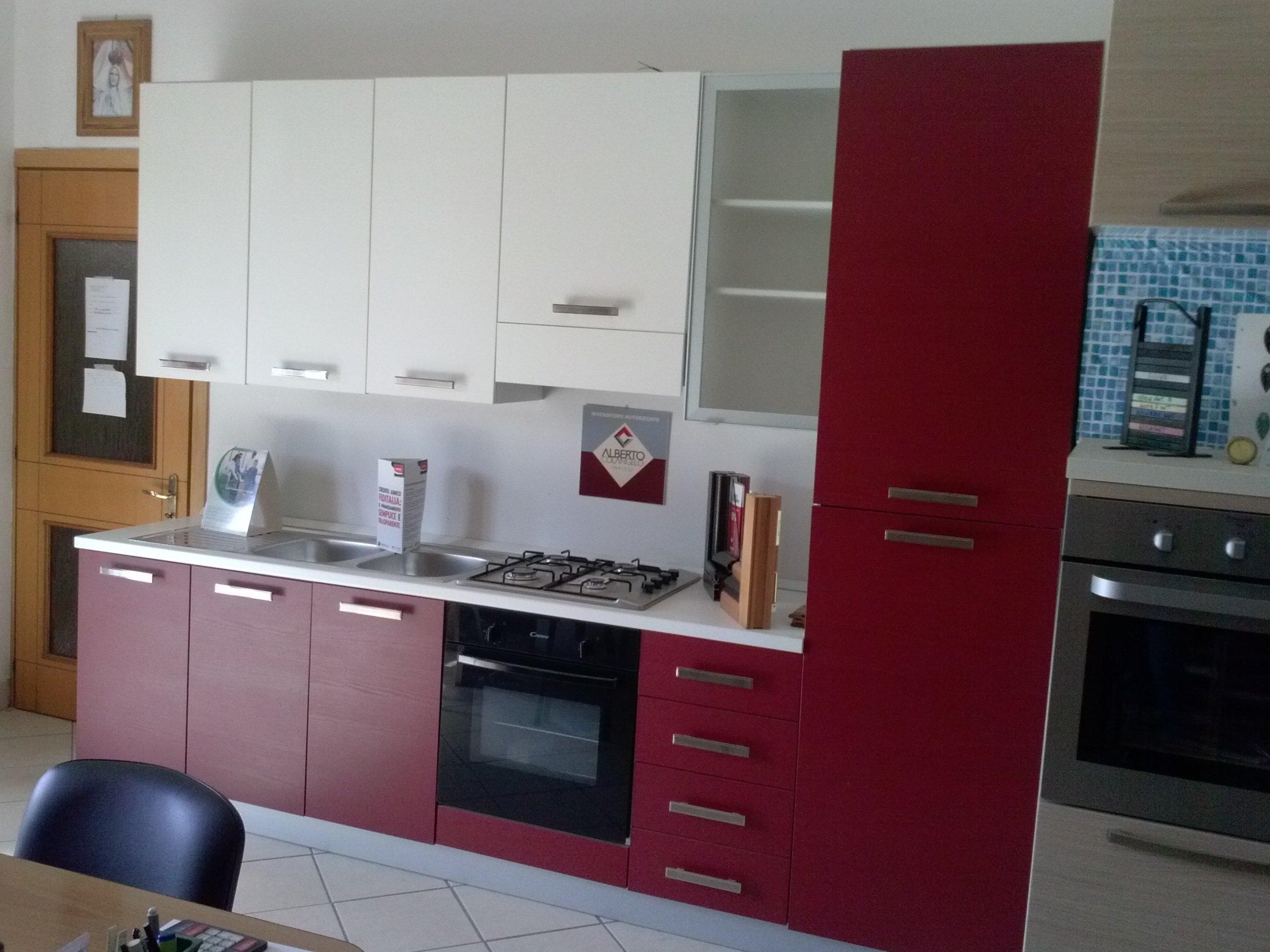 Tavola di legno di cucina e quattro sedie