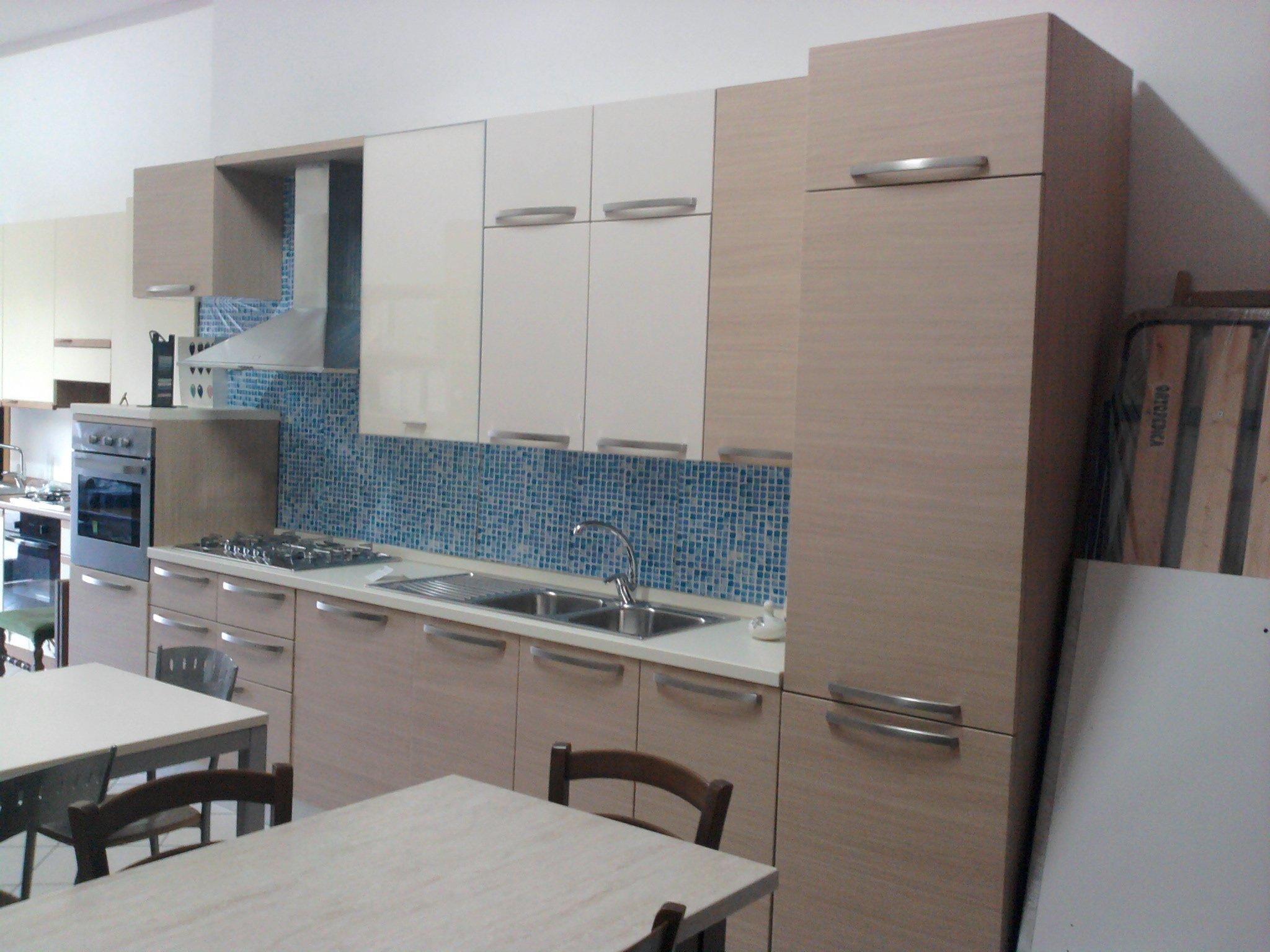 Tavola di metallo di cucina e quattro sedie di metallo e legno