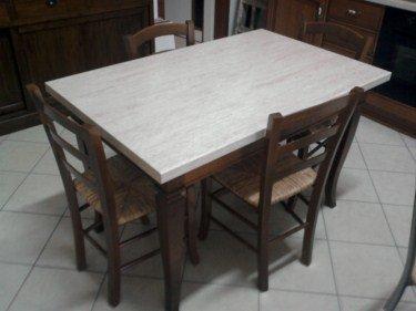 Tavola di legno scuro di sala di pranzo e quattro sedie