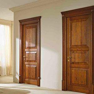 due porte da interno in legno e accanto una poltrona